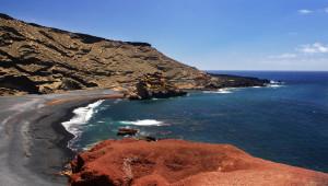 Beach against cliffs. Lago de los Clicos/ el charco Verde, El Golfo, Lanzarote
